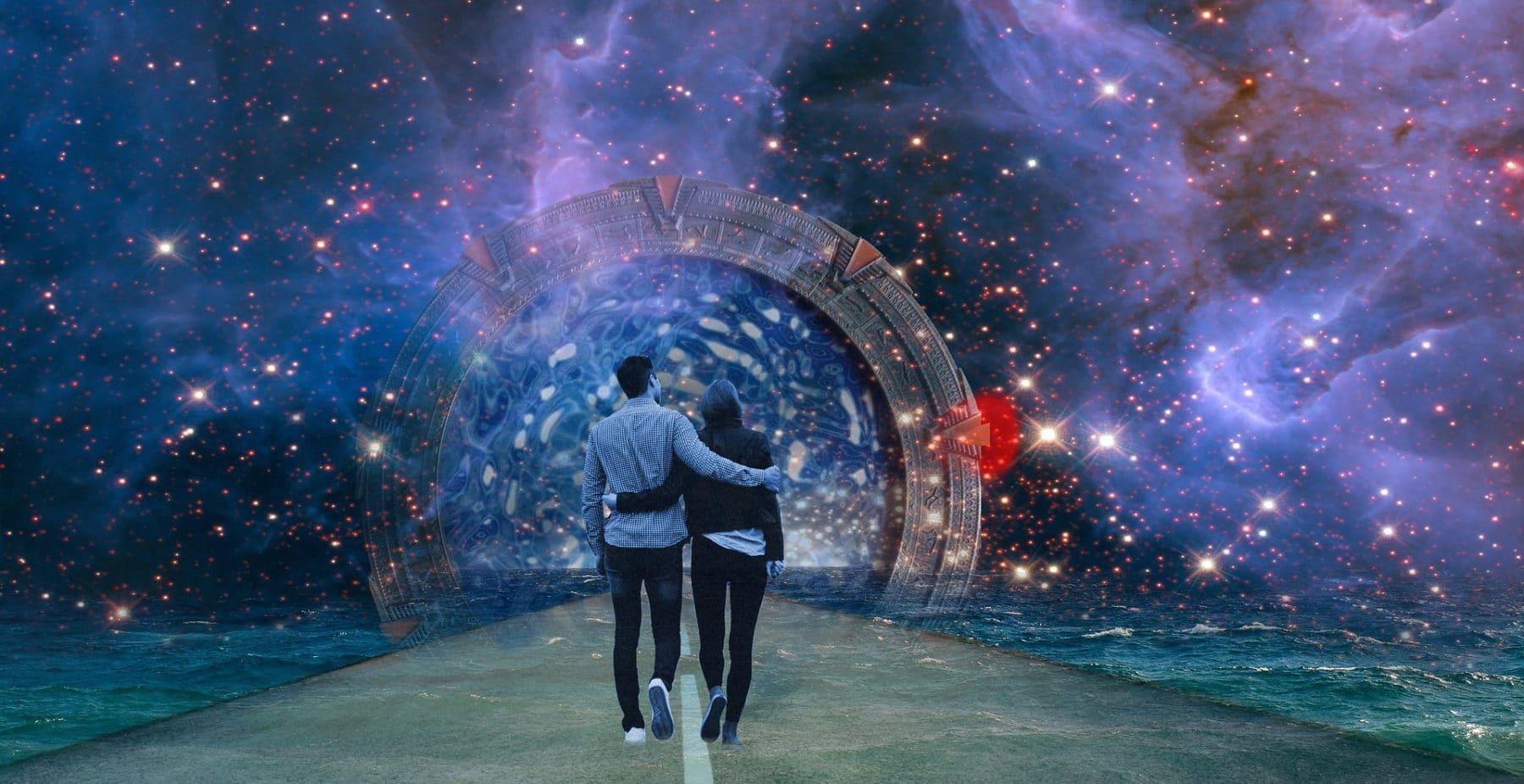 ein Paar läuft Arm in Arm durchs Sternentor