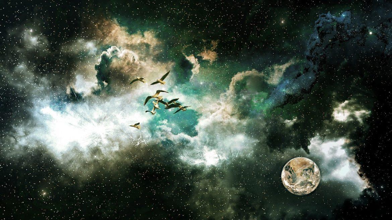 Sternen-Wolken-Himmel mit weißen Vögeln und dem Mond