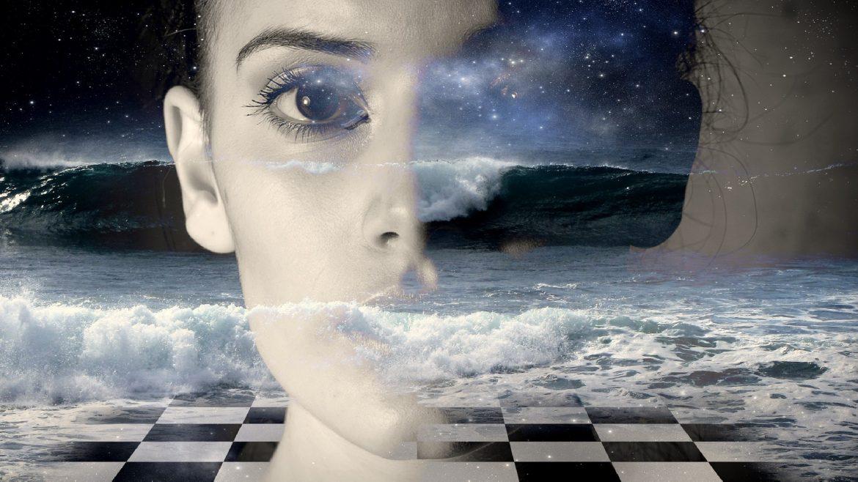 Frau sieht in die Ferne im Hintergrund ein Schachbrett mit Meeresbrandung