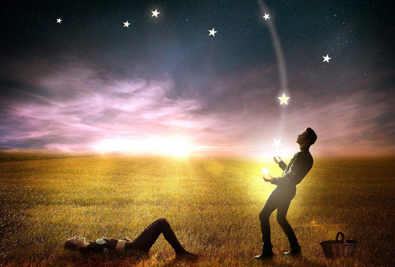 Mann fängt Sternschnuppen für seine Partnerin