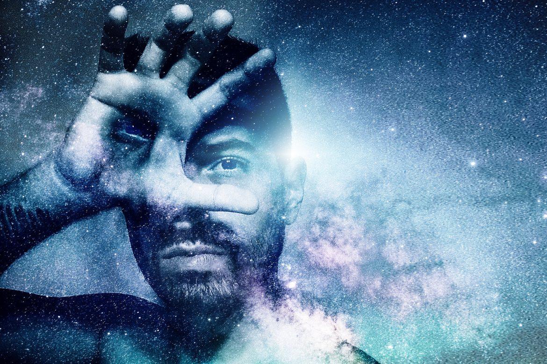 Mann mit drittem Auge im Universum