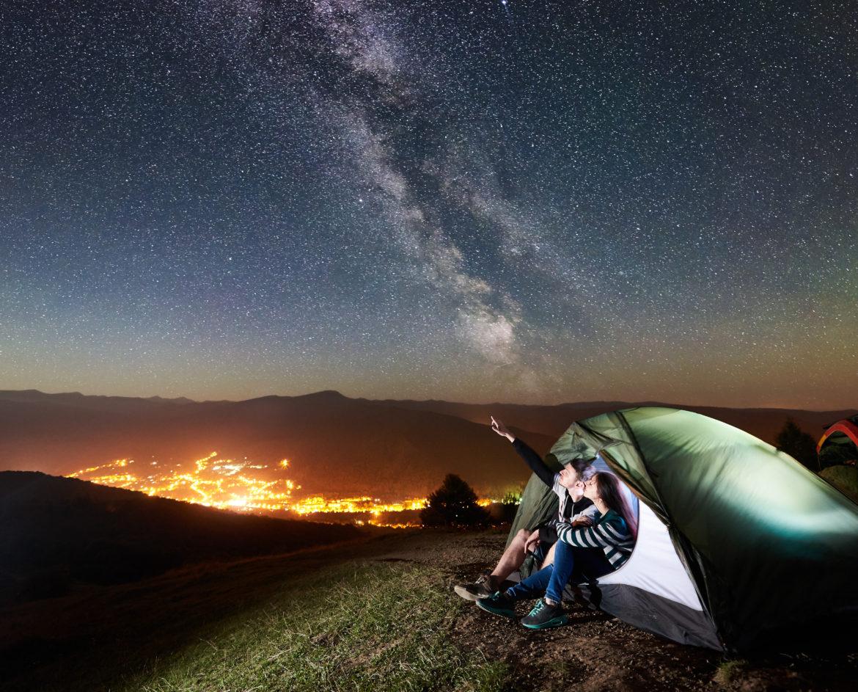 Paar schaut in den Sternenhimmel